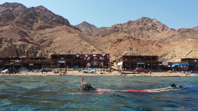 Os restaurantes e as montanhas vistas durante mergulho em Dahab