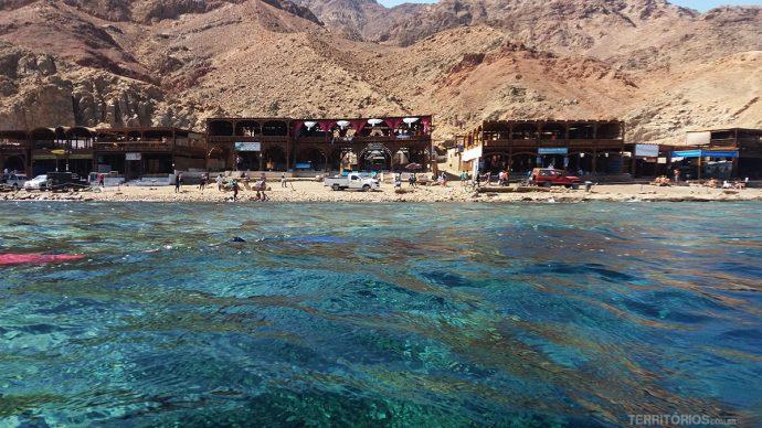 De um lado a cadeia de montanhas Sinai, do outro, as montanhas Hijaz da Arábia Saudita