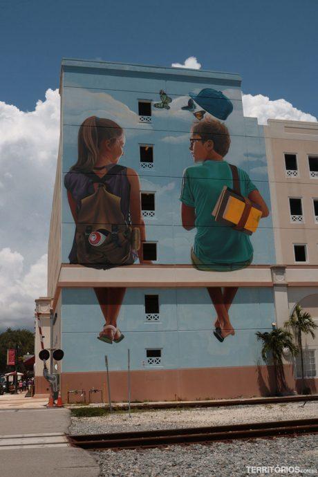 Grafite enorme em frente aos trilhos do trem em West Palm Beach