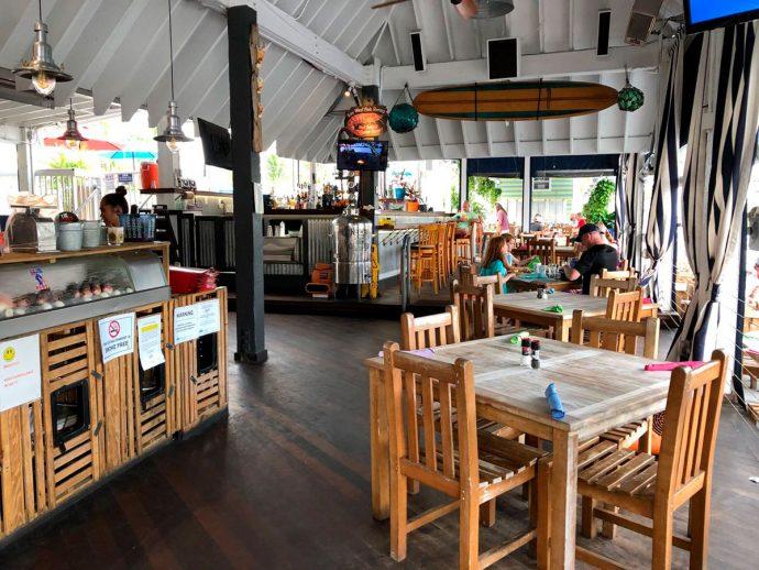 Restaurante com vista para tubarões em Key West