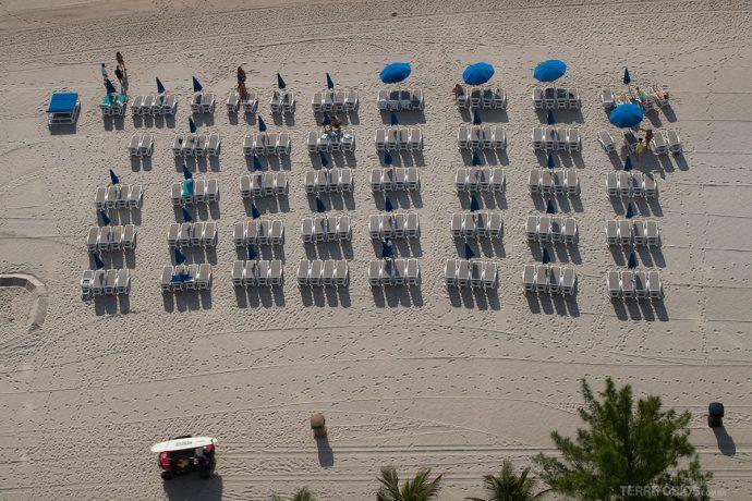 Estrutura na beira da praia