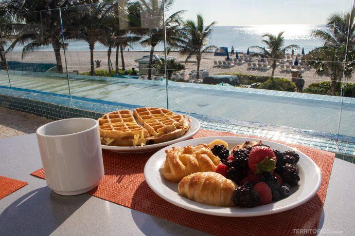 Café com vista para o mar de Sunny Isles