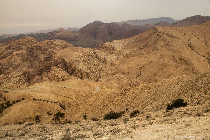 Estrada em curva em as montanhas de Dana