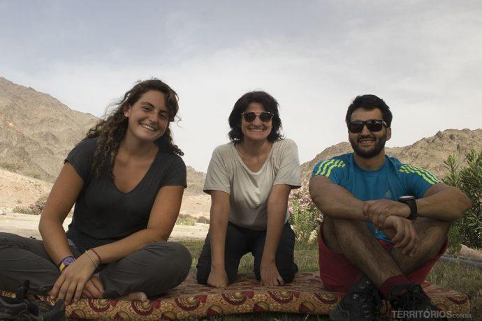 Descanso no fim da trilha em Wadi El Ghuweir com Hana e Fouad, da Treks
