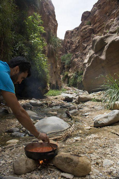 Fouad prepara o nosso almoço na fogueira. Pão árabe com molho de tomate saboroso e chá