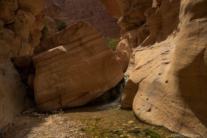 Pedras enormes barram o caminho