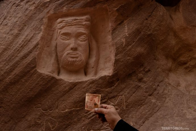 Cara do antigo rei encravada nas pedras, o mesmo da nota de dinar