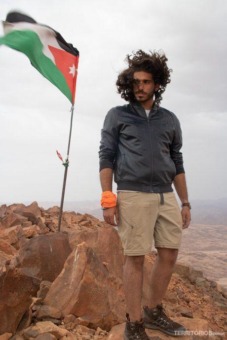 O guia Marwan Douleh fazendo pose no ponto mais alto do seu país