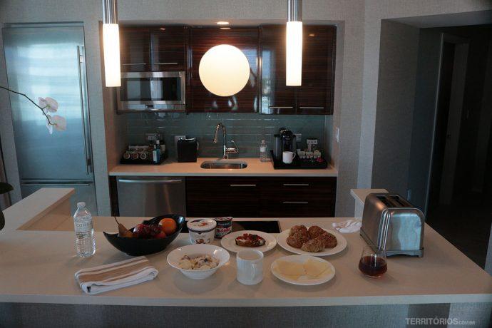 Cozinha equipada, com vista e bem decorada no Conrad - Dica de onde ficar na Flórida