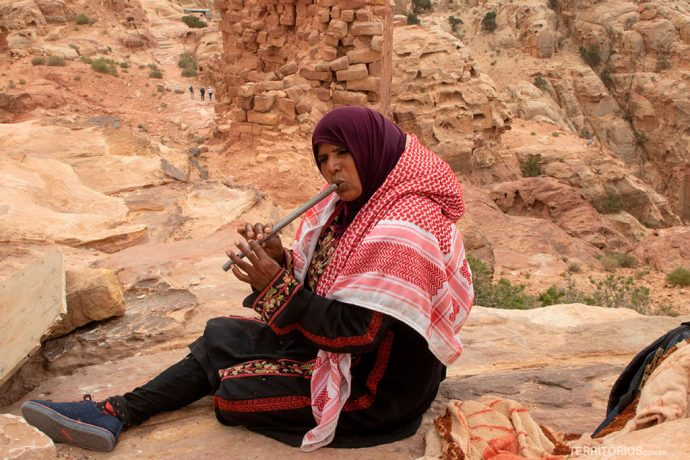 Local em Petra toca flauta