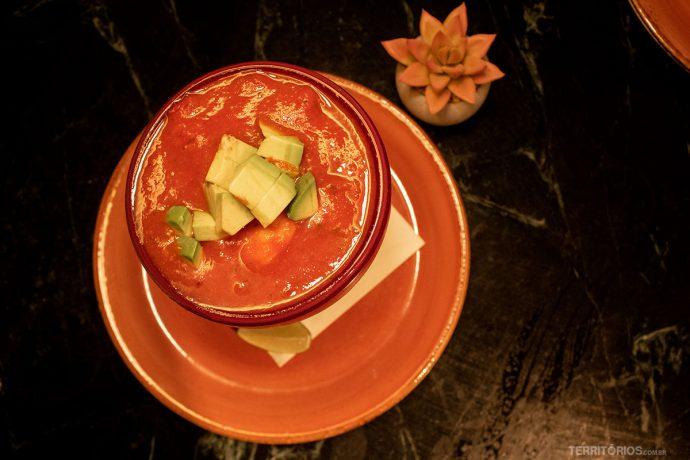Sopa de tomate com abacate em um dos restaurantes imperdíveis