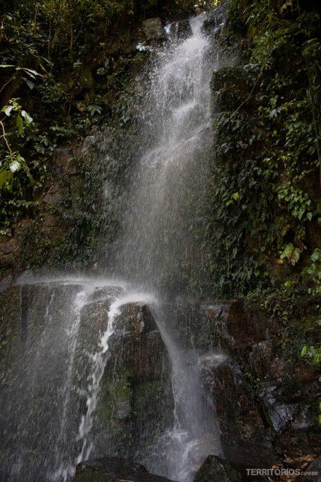 Cachoeira no meio da estrada