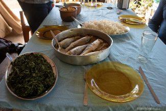 Suco de frutas naturais, peixe fresco e taióba