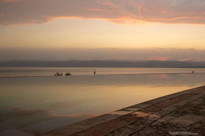 Piscina com fundo infinito para o Mar Morto
