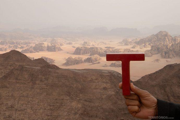 No topo da montanha mais alta da Jordânia, em Wadi Rum