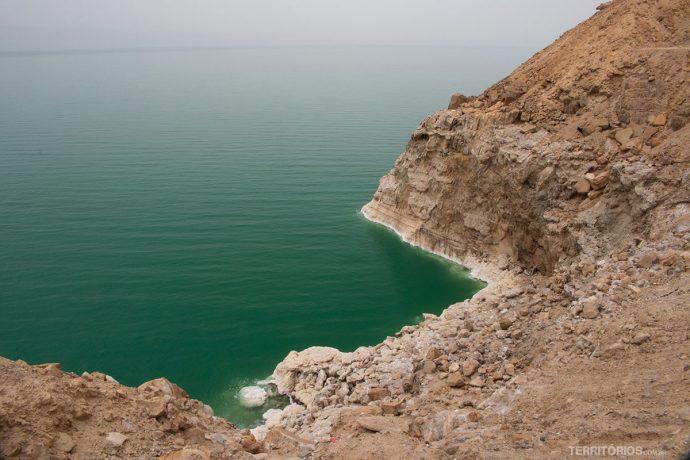 Mar Morto mistura tons de verde, bege e branco sempre com poeira pairando no ar