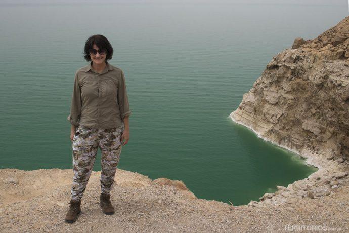 Recatada até demais e morrendo de calor no Mar Morto, no oeste da Jordânia