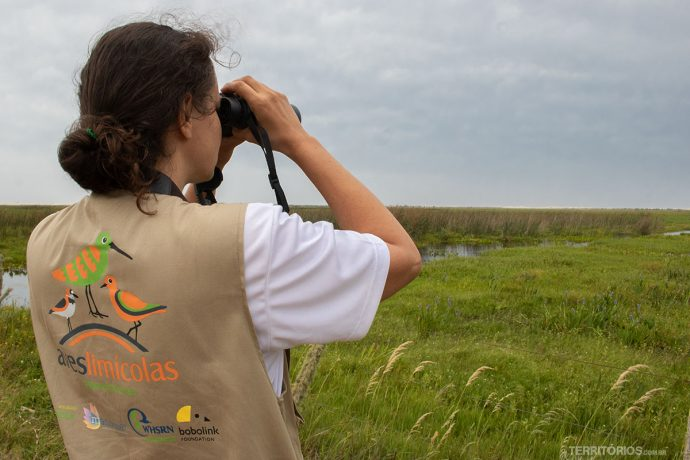 Bióloga da SAVE Brasil trabalhando na Lagoa do Peixe
