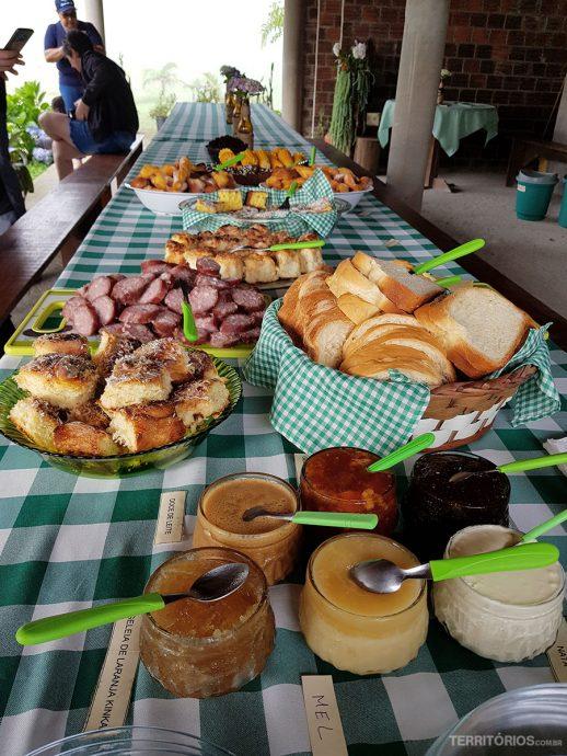 O café inclui pão caseiro, grostoli, bolos, salame, queijo, nata, doce de leite, chimia, mel, suco e frutas da estação