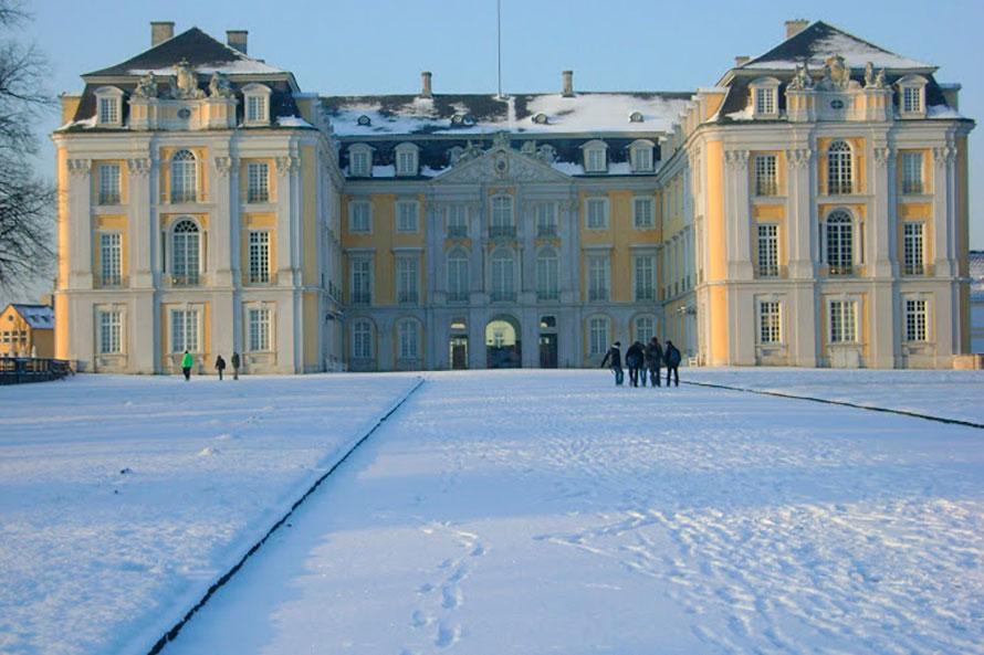 Brühl com neve no palácio Augustusburg