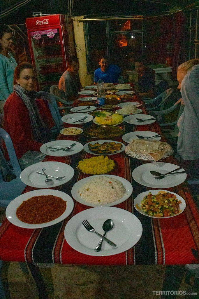 Banquete típico da comida árabe servido no Dana Tower Hotel