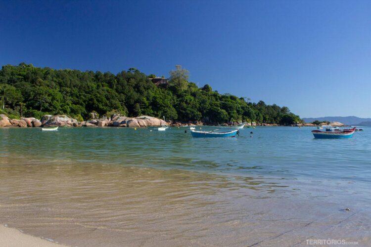 Praia em Governador Celso Ramos, na Grande Florianópolis