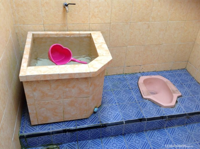 O chamado banheiro turco é comum na Indonésia. Alguns tem descarga, outros o balde fica ao lado