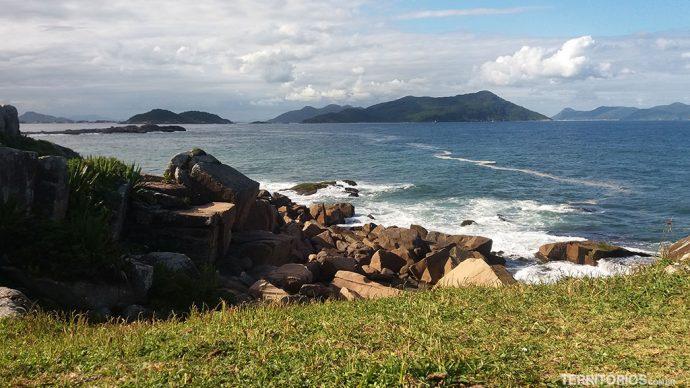Vista para a Ilha de Santa Catarina do Vale da Utopia, na Grande Florianópolis