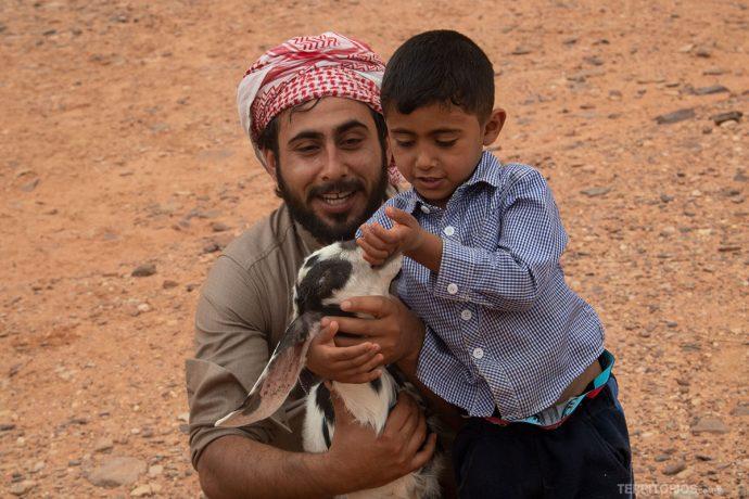 Família de beduínos em Wadi Rum