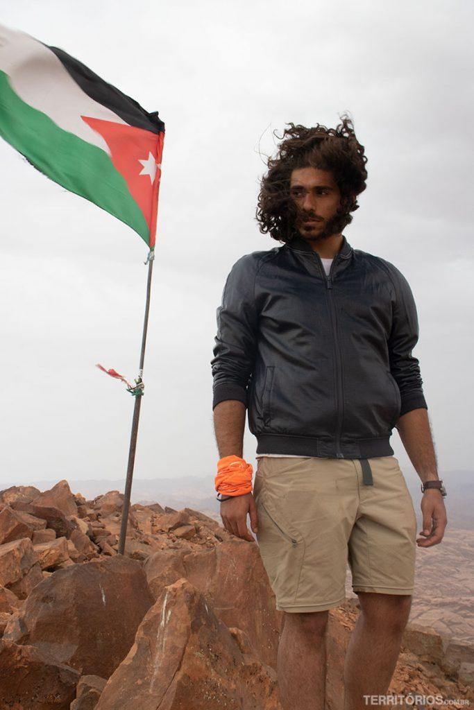 O guia Marwan no ponto mais alto da Jordânia