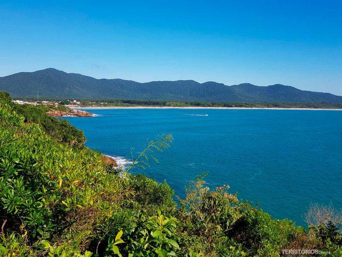 Nas partes mais abertas é possível ver a Lagoa da Conceição, Praia da Barra e o Parque Estadual do Rio Vermelho em frente.