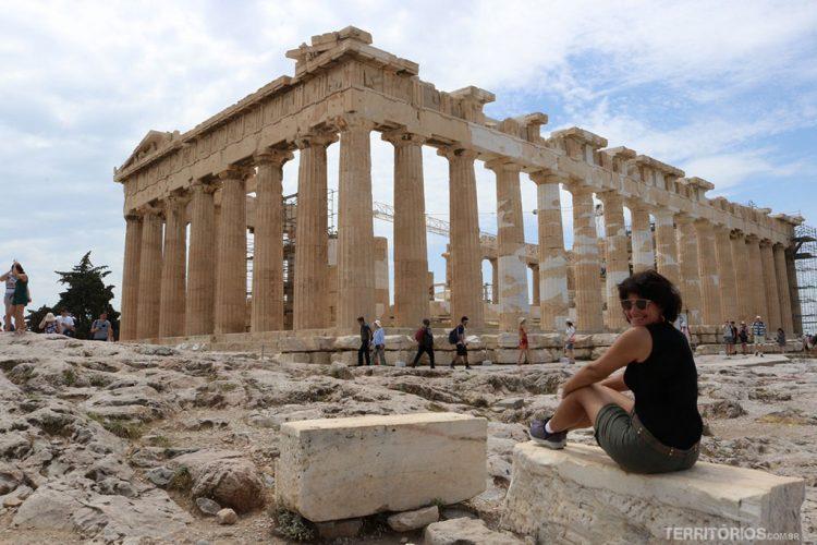 Roberta Martins viajando sozinha pela Grécia. Em frente ao Partenon de Atenas