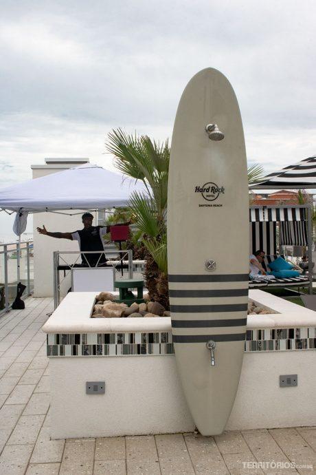 Piscina com DJ na beira do mar