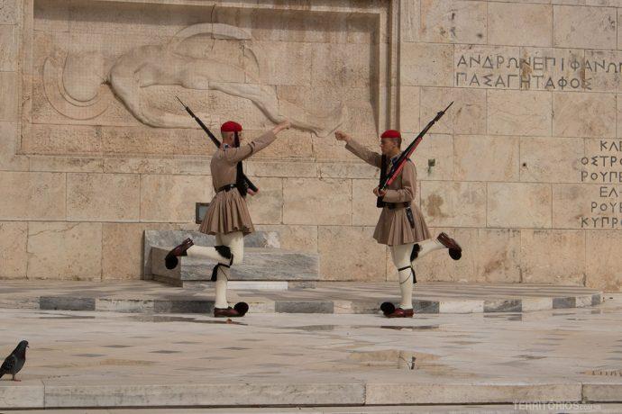 Troca da guarda no Parlamento Helênico é uma dança simétrica