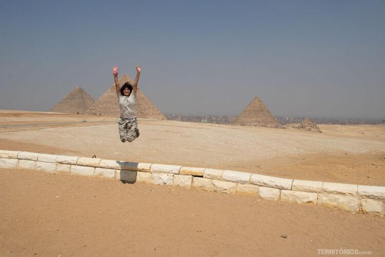 Roberta Martins viajando sozinha pelo Egito, mas sempre acompanhada de guia