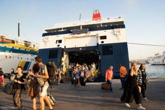 Ferry no porto de Piraeus