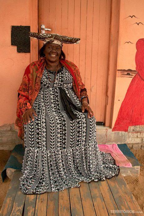 Mulher Herero em sua casa em Mondesa Township