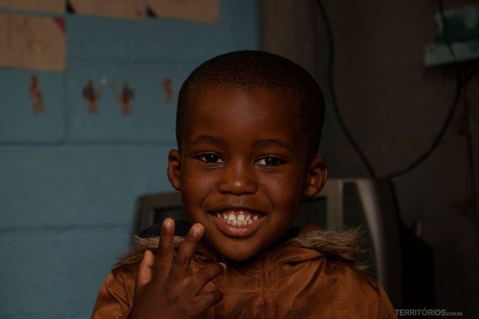 Pequeno bastante animado com a nossa visita a creche