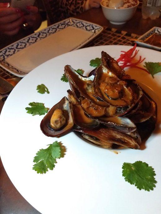 Hoi Pad Nam Prjk Pow: Mexilhões com curry, leite de coco, molho de peixe, tomates, açúcar de palmeira e coentro