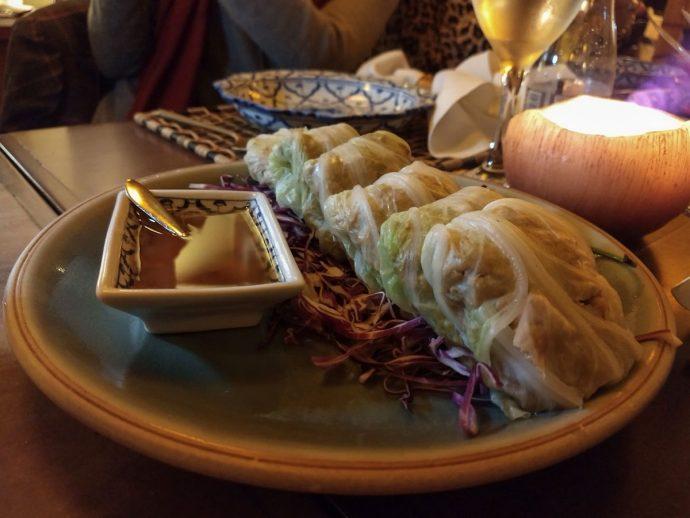 Kalamplj – Plan Taohu: entrada com acelga, camarão, frango, inhame, aipo, gengibre, shoyu, açúcar de palmeira. Acompanha molho de abacaxi