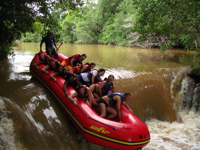 Rio Formoso, em Bonito, cheio e barrento na época das chuvas