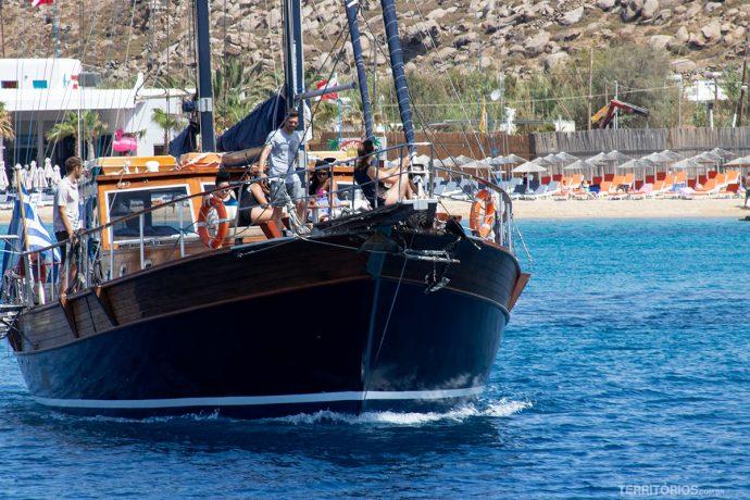 Barco navegando ao redor de Mykonos