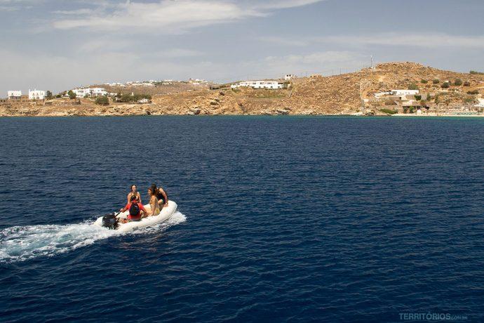 Mar azul contrasta com as casas e rochas de granito