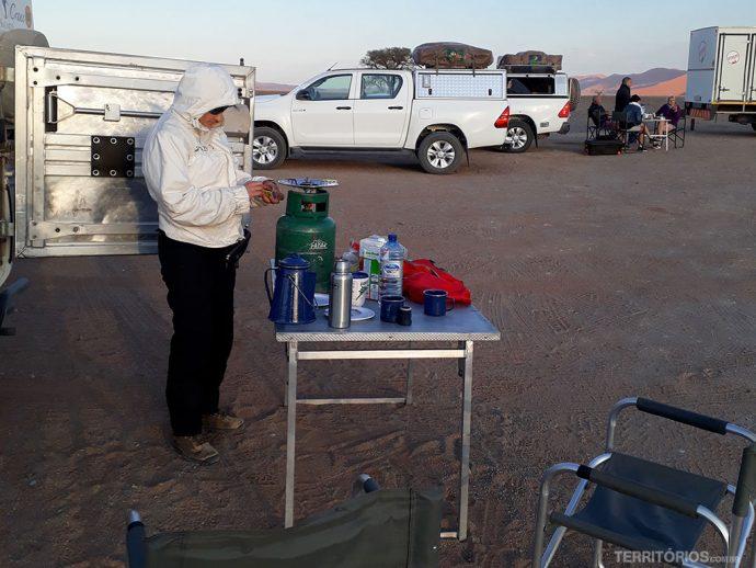Peguei a campervan toda equipada para acampamento