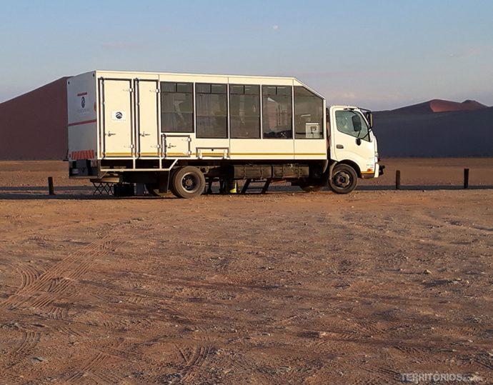 Caminhão leva turistas para safari nos países do sul da África