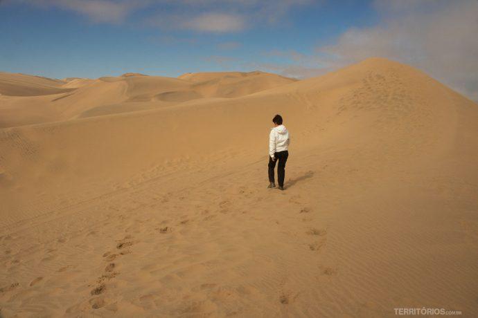 Caminhando nas dunas sem fim no deserto da Namíbia