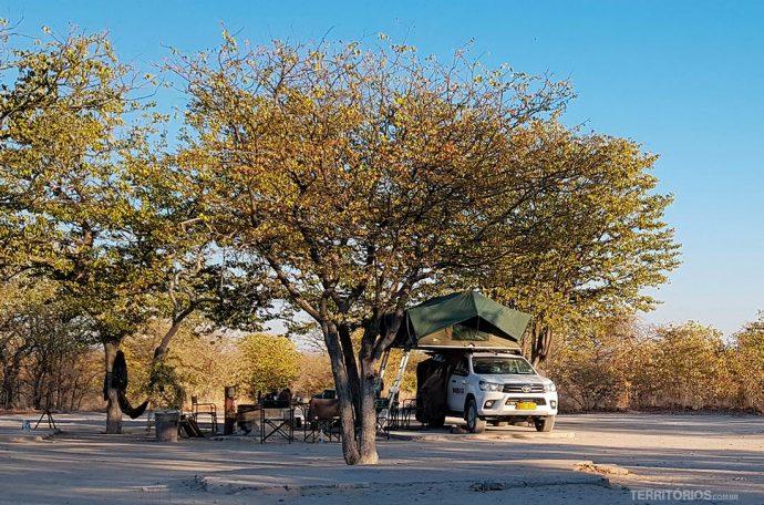Carro com barraca em cima no camping