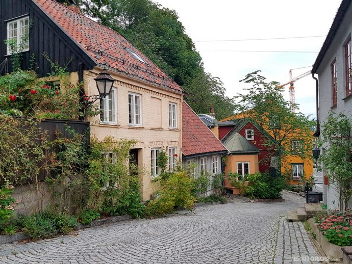 Casas antigas de madeira na rua Damstredet
