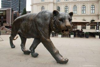 Escultura de tigre em frente a estação central