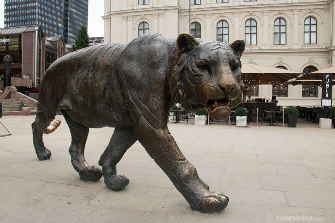 Escultura de tigre em frente a estação central de Oslo